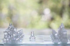 Schackbrädelek som göras av exponeringsglas, konkurrenskraftigt begrepp för affär royaltyfria bilder