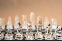 Schackbrädelek som göras av exponeringsglas, konkurrenskraftigt begrepp för affär royaltyfri foto
