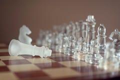 Schackbrädelek som göras av exponeringsglas, konkurrenskraftigt begrepp för affär arkivbild