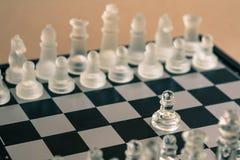 Schackbrädelek som göras av exponeringsglas, konkurrenskraftigt begrepp för affär arkivfoton
