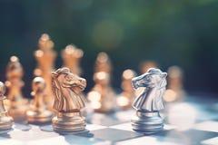 Schackbrädelek, vinnare som segrar läget, allvarlig fiende för möte, konkurrenskraftigt begrepp för affär royaltyfria foton