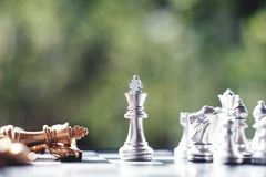 Schackbrädelek, vinnare som segrar läget, allvarlig fiende för möte, konkurrenskraftigt begrepp för affär fotografering för bildbyråer