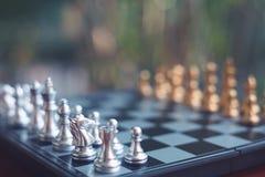Schackbrädelek, vinnare som segrar läget, allvarlig fiende för möte, konkurrenskraftigt begrepp för affär royaltyfri bild