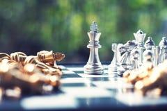 Schackbrädelek, vinnare som segrar läget, allvarlig fiende för möte, konkurrenskraftigt begrepp för affär arkivbild