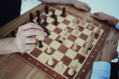 Schackbrädet är på tabellen Fotografering för Bildbyråer