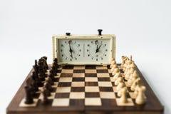 Schackbrädet med diagram ställde in för ny lek och schackklocka Royaltyfria Foton