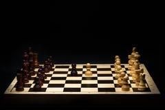 Schackbrädet och schacket lappar royaltyfri foto