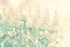 Schackbr?delek som g?ras av exponeringsglas, konkurrenskraftigt begrepp f?r aff?r royaltyfri fotografi