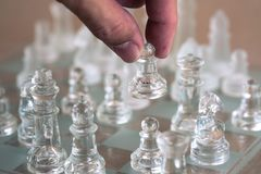 Schackbr?delek som g?ras av exponeringsglas, konkurrenskraftigt begrepp f?r aff?r arkivfoton