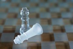 Schackbr?delek som g?ras av exponeringsglas, konkurrenskraftigt begrepp f?r aff?r royaltyfria bilder