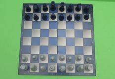 Schackbräde med plast- kontrollörer Arkivbild