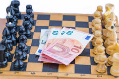 Schackdelar och pengar dem emellan arkivbild