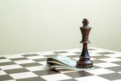 Schackdiagram konungen med pengar Arkivfoton