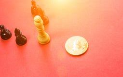 Schackdiagram och guld- bitcoin Arkivbilder