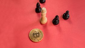Schackdiagram och guld- bitcoin Arkivbild