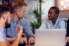 Schacket figurerar bishops Unga idérika coworkers som arbetar med nytt startup projekt i modernt kontor Grupp människor analysera royaltyfria bilder