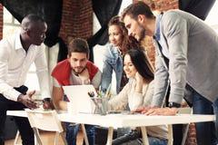 Schacket figurerar bishops Unga idérika coworkers som arbetar med nytt startup projekt i modernt kontor Grupp människor analysera royaltyfri bild