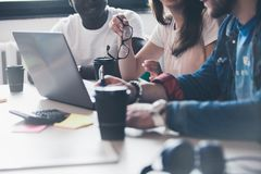Schacket figurerar bishops Unga idérika coworkers som arbetar med nytt startup projekt i modernt kontor gruppfolk tre arkivfoto