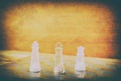Schackexponeringsglas ombord i lek På tappningträgolvbakgrund skrapade en tappning gamla filmfärger Begreppskonkurrensaffär Fotografering för Bildbyråer