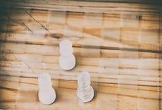 Schackexponeringsglas ombord i lek På tappningträgolvbakgrund skrapade en tappning gamla filmfärger Begreppskonkurrensaffär Arkivbilder