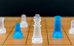 Schackexponeringsglas på en wood schackbräde Arkivfoto