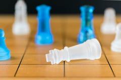 Schackexponeringsglas på en wood schackbräde Arkivfoton
