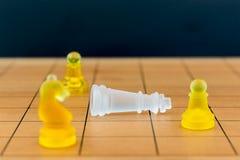 Schackexponeringsglas på en wood schackbräde Royaltyfria Bilder