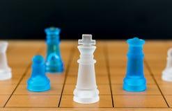 Schackexponeringsglas på en wood schackbräde Fotografering för Bildbyråer