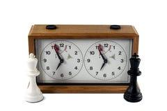 Schackklocka som isoleras på vit bakgrund, svartvit konung arkivfoton