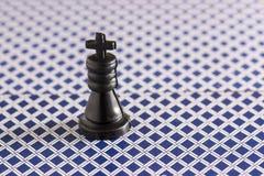 Schackkonungen står på baksidan av de spela korten Royaltyfria Foton