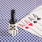 Schackkonungställningar på tärnar bredvid honom lögner fyra överdängare Arkivfoton