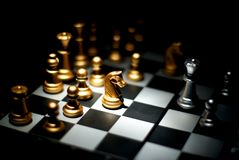 Schacklek, schackstycke, guld- riddare Royaltyfria Foton
