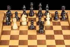 Schacklek som visar att konungen i schackmatt Arkivbild