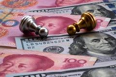 Schacklek, två pantsätter nedgången ner på kinesisk yuan och US dollarbakgrund Begrepp för handelkrig Konflikt mellan två stora l royaltyfri foto