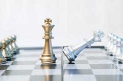 Schackmatt affär eller politiskt begrepp royaltyfri foto
