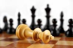 Schackmatt vit konung begrepp för chessmen för bakgrundsbrädeschack som plattforer nära trätvå Arkivbild