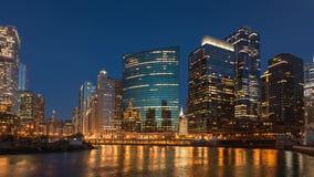 Schackningsperiod för Chicago i stadens centrum solnedgångtid med att passera för fartyg arkivfilmer