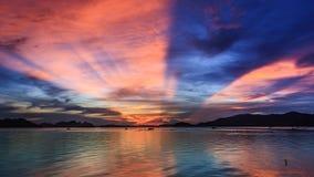 Schackningsperiod för HD Tid soluppgång som flyttar sig fördunklar över havet stock video