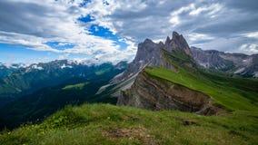 schackningsperiod för 4K Tid av det Seceda berget i dolomitesna, Italien arkivfilmer