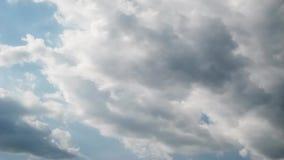 Schackningsperiod för sommarhimmeltid, sol som skylas, genom att flytta moln, förbigå för flygplan lager videofilmer