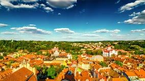 Schackningsperiod för tid för bästa sikt för för Vilnus gammal stad och moln arkivfilmer