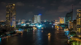 Schackningsperiod för tid för panorama 4k för överkant för tak för konstruktion för flod för trafik för Bangkok nattljus Thailand
