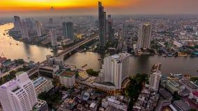Schackningsperiod för tid för panorama 4k för överkant för tak för natt för kassalåda för bro för flod för ljus för Bangkok stads arkivfilmer