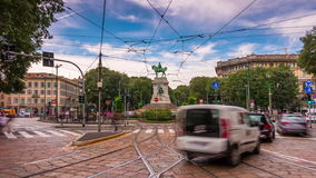 Schackningsperiod för tid för panorama 4k för fyrkant för cairoli för largo för trafik för dag för Milan stadssommar Italien