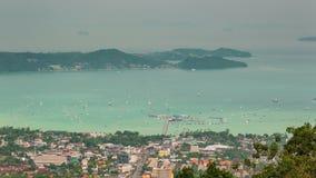 Schackningsperiod för tid för panorama 4k för högt berg för sida för Phuket stadport Thailand arkivfilmer
