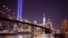Schackningsperiod för tid för panorama 4k för ljus för natt för minnesdagen för Brooklyn bro från USA