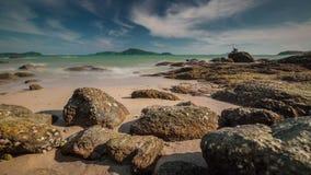 Schackningsperiod för tid för panorama 4k för port för stenig strand för sommardag turist- Thailand