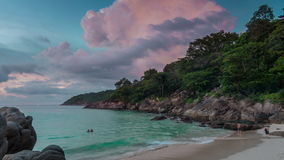 Schackningsperiod för tid för panorama 4k för strand för frihet för solnedgånghimmelphuket ö Thailand lager videofilmer