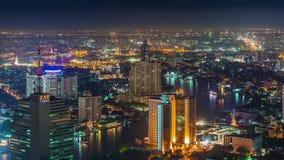 Schackningsperiod för tid för panorama 4k för tak för trafik för flod för nattbangkok stad Thailand stock video