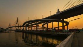 Schackningsperiod för tid för solnedgång för upphängningbro lager videofilmer
